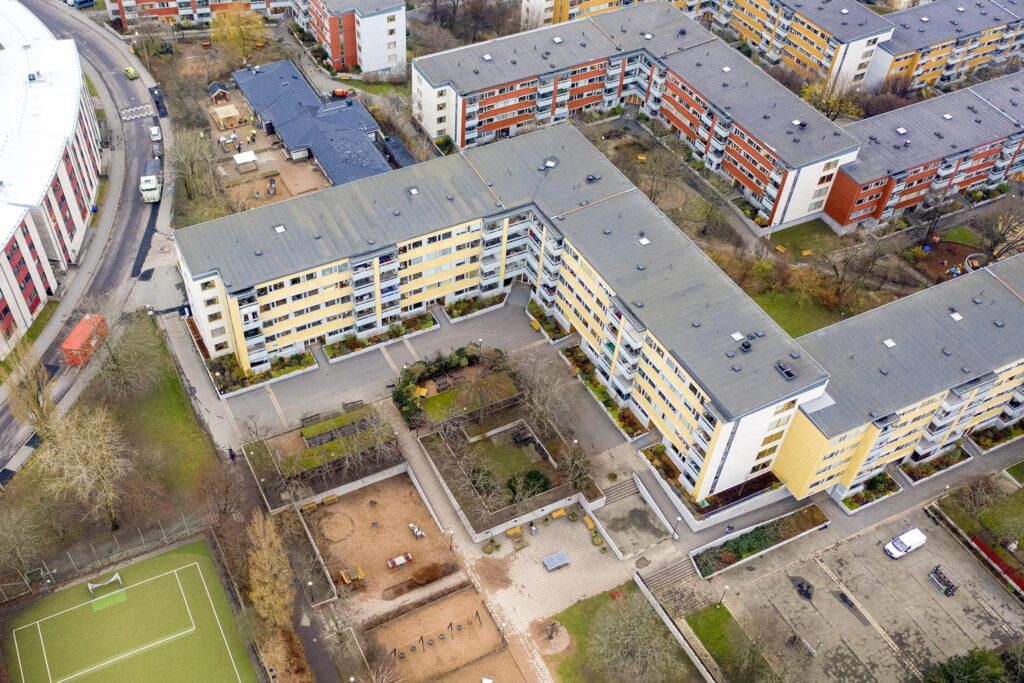 BAX bilspärr i smart bomsystem med manuell och elektrisk styrning. Brf Masthugget Göteborg.
