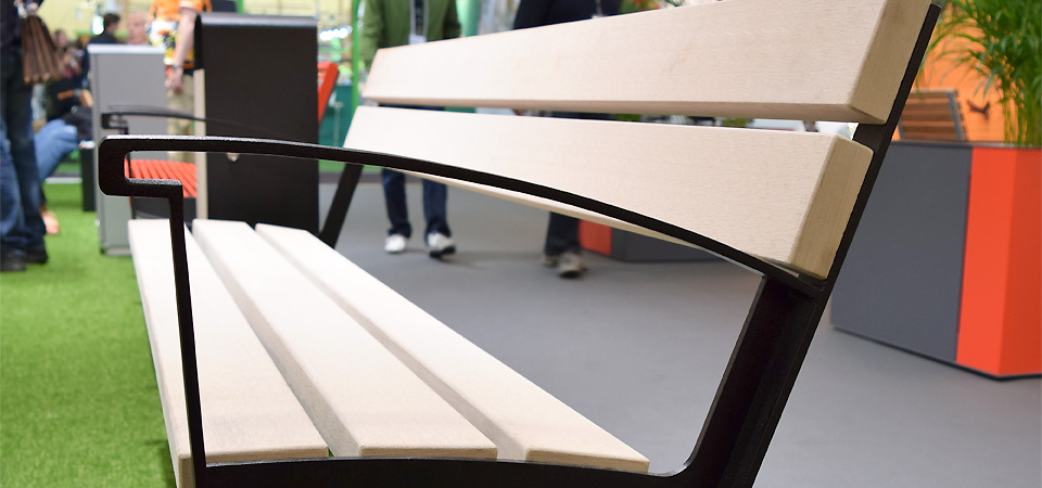 Saferoad Smekabs monter på Elmia Park 2015: Intervera Tillgänglighetsanpassad parkmöbel med Resysta.
