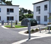 Bostadsområde Kvarter Adler, Vä: INTERVERA Tillgänglighetsanpassade möbler, papperskorg TACK, cykelställ CS, cykelförvaring under tak i form av BIKEHANGAR, pollare ELIAS. Smekab Citylife