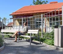 Malmgården Habo referens - Hannah cykeltak,Vera soffa, Prax papperskorg, Flexi räcke.