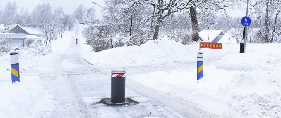 PILOMAT pollare reglerar trafiken på en bussgata. I bakgrunden skymtar BIR bilspärr.