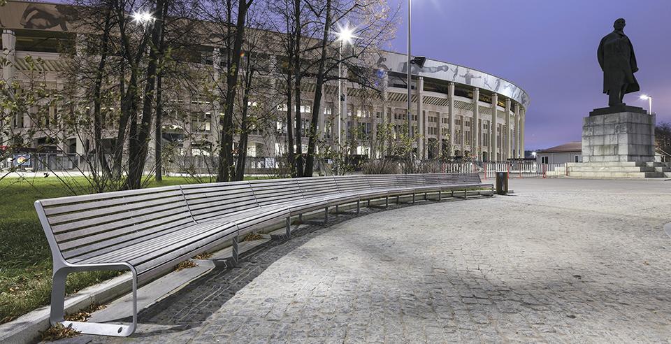 PORTIQOA parksoffor utanför arenan i Moskva där fotbolls-VM för herrar spelas (juni 2018).